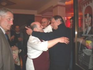 Lo Chef Filippo Cogliandro abbraccia don Ciotti in occasione della nascita di Reggio Libera Reggio La libertà non ha Pizzo
