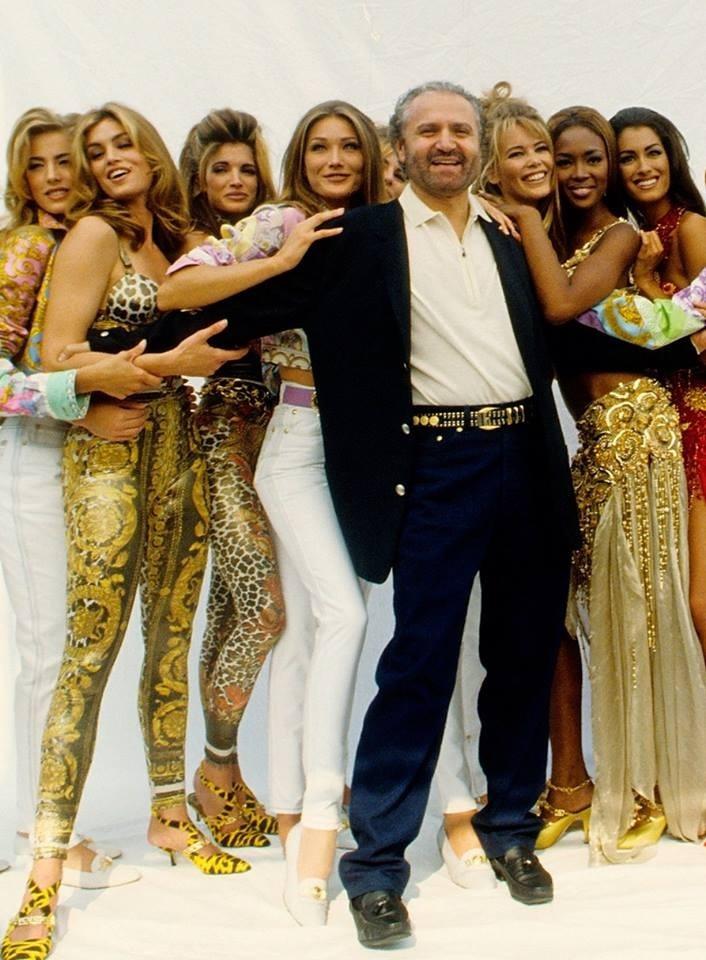Gianni-Versace-con-le-sue-top-model