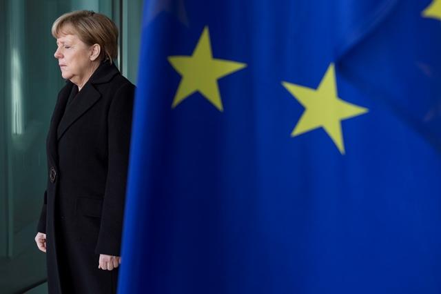Bundeskanzlerin Angela Merkel wartet auf die Ankunft von NATO Generalsekretär Jens Stoltenberg am Bundeskanzleramt in Berlin / 140115 ***German Chancellor Angela Merkel receives NATO Secretary General Jens_Stoltenberg at the chancellery in Berlin, Germany, January 14 2015***