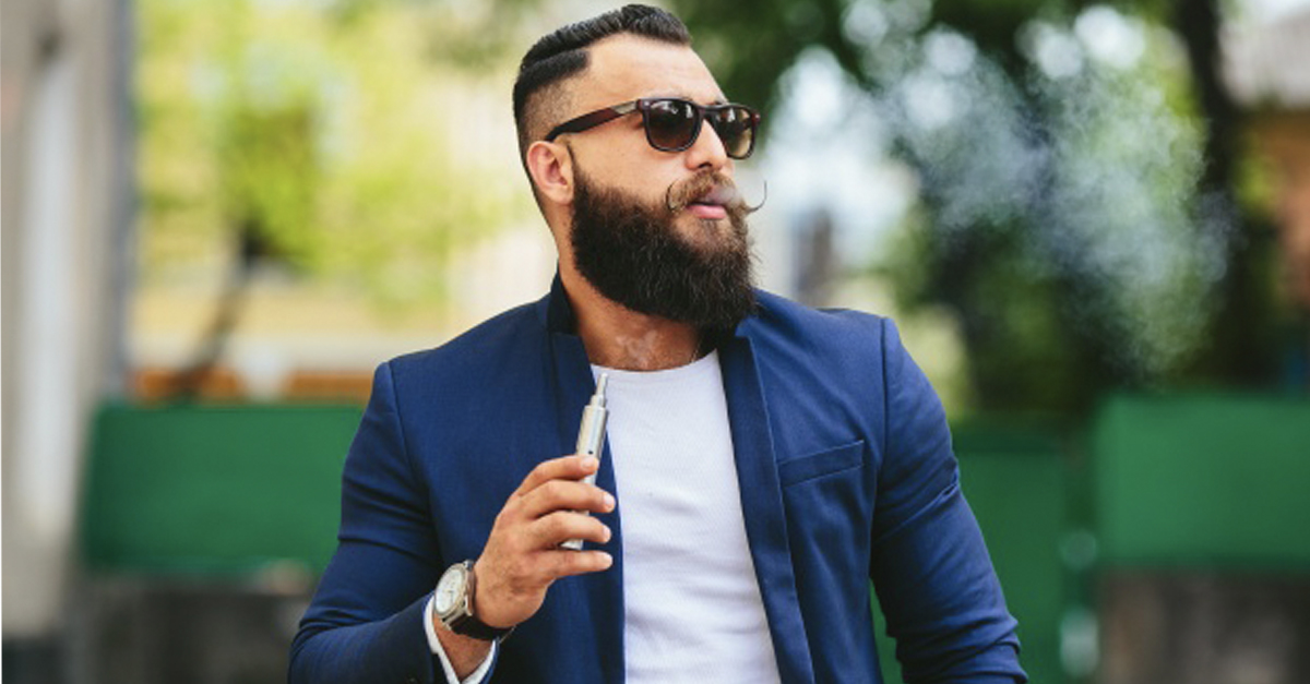 Uomo con sigaretta elettronica