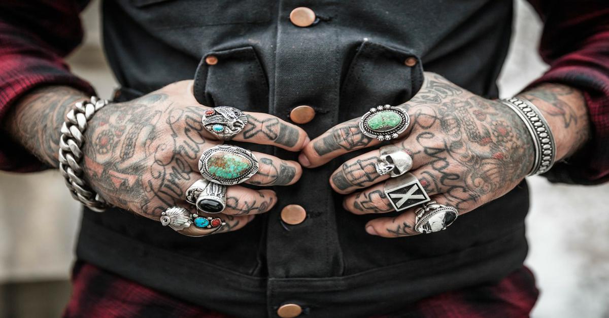 Uomo con Tatuaggi