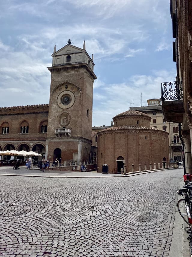 piazza delle erbe Mantova